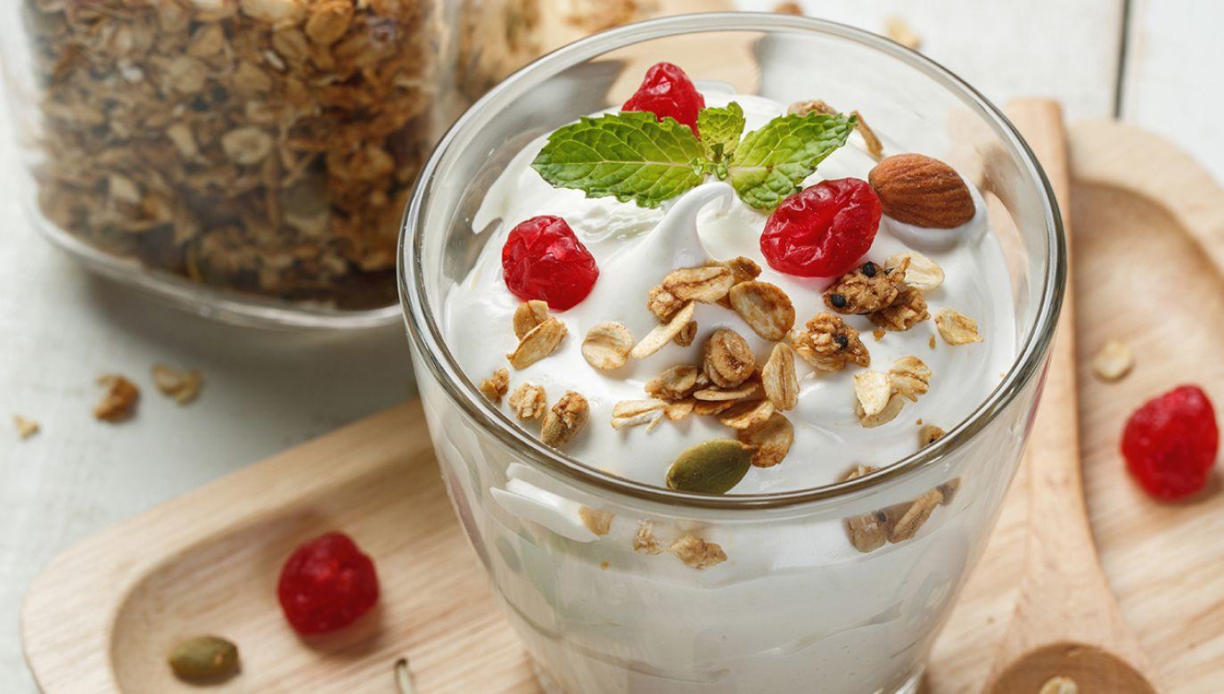 Najlepsze rezultaty przyniesienie jednak połączenie jedzenia jogurtu z regularnym wysiłkiem fizycznym (fot. Shutterstock/DONOT6_STUDIO)