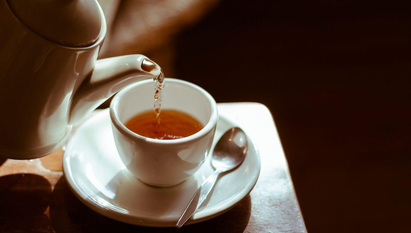 Badani wskazywali, że już sam rytuał parzenia i picia herbaty wyraźnie łagodzi stres (fot. pixabay.com/ dungthuyvunguyen)