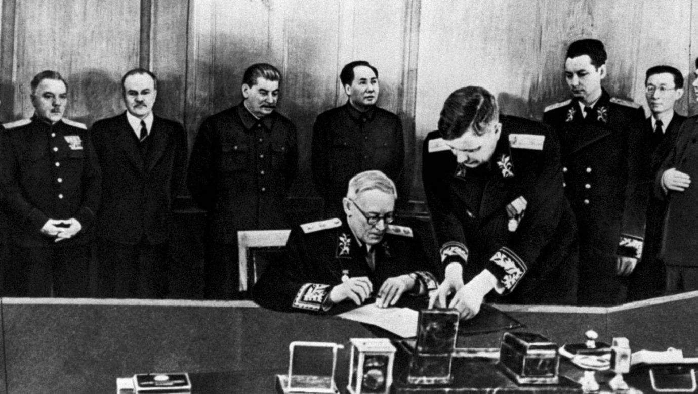 Rok 1950 podpisanie sowiecko-chińskiego układu o przyjaźni. W środku stoją Stalin i Mao, po prawej stronie przywódcy ZSRR Wiaczesław Mołotow. Przy stole siedzi Andriej Wyszyński. Fot. Getty Images