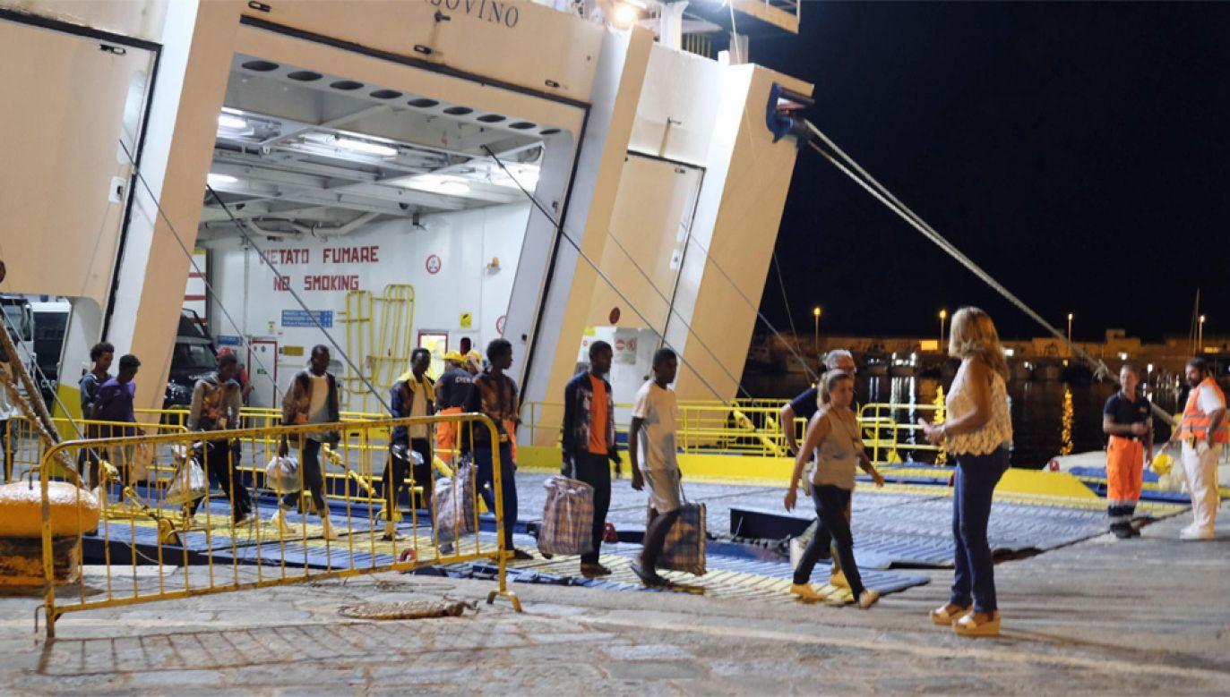 Ośmiu migrantów ze statku Open Arms zeszło na ląd (fot. PAP/EPA/PASQUALE CLAUDIO MONTANA LAMPO)
