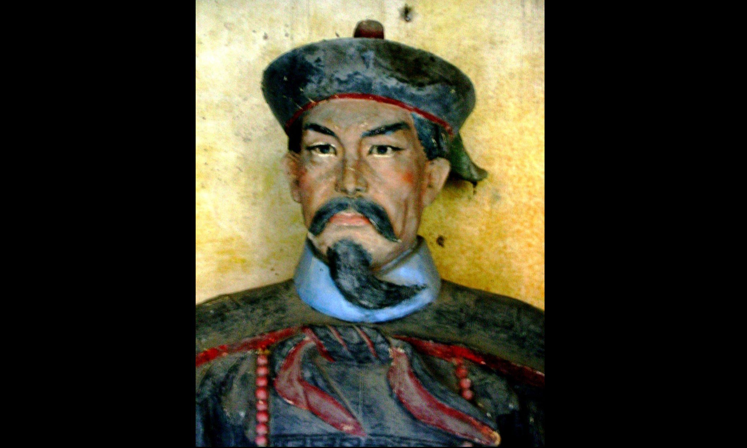 """Twórca dania """"kurczak kung pao z orzeszkami"""" Ding Baozhena był gubernatorem dynastii Qing w prowincji Syczuan. Na zdjęciu antyczna statua Ding Baozhena przy światyni Erwang w mieście Dujiangyan w prowincji Syczuan, w zespole miejskim Chengdu. Fot. Mutt - praca własna, CC BY-SA 4.0, https://commons.wikimedia.org/w/index.php?curid=3950513"""