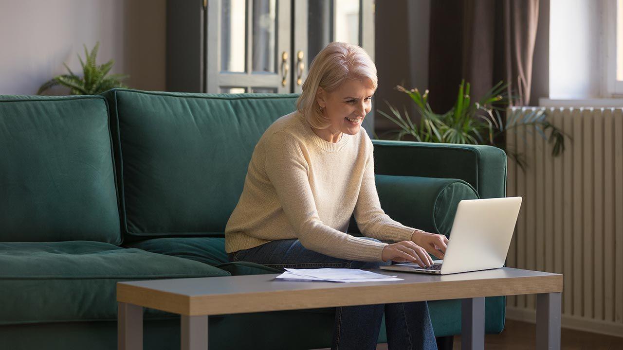 Bez ograniczeń zarobkować mogą także osoby pobierające rentę rodzinną (fot. Shutterstock/fizkes)