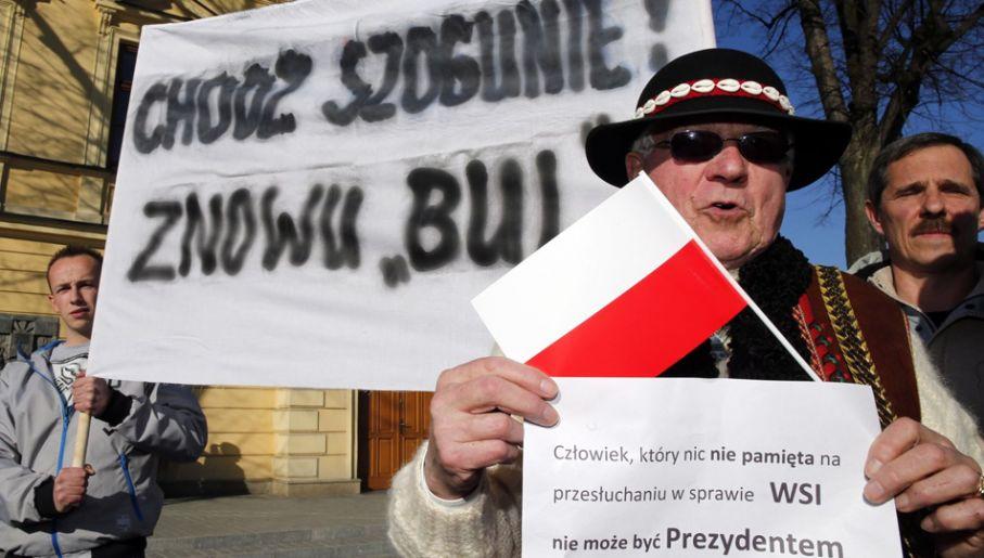 Przeciwnicy ubiegającego się o reelekcję Bronisława Komorowskiego podczas spotkania prezydenta z wyborcami w Nowym Targu (fot. PAP/Grzegorz Momot)