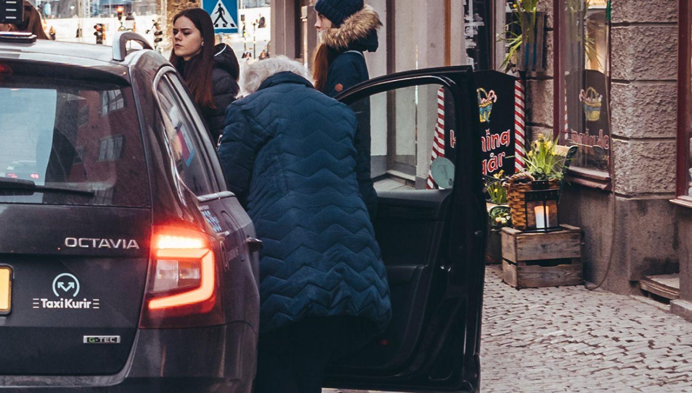 Przestępcy chcieli wyłudzić od seniorki pieniądze (fot. Shutterstock/Janus Orlov)