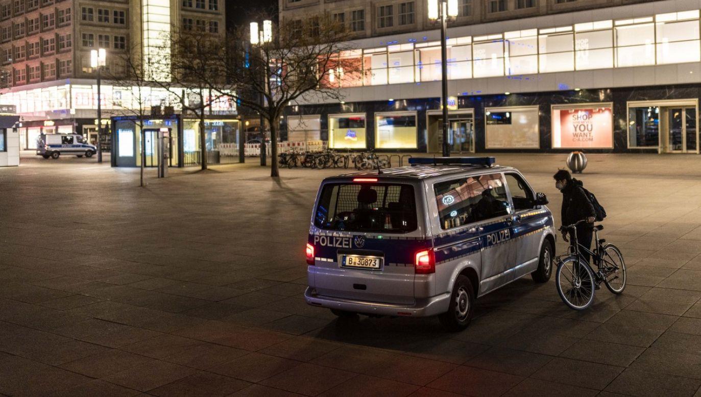 Policja w Berlinie pilnująca przestrzegania godziny policyjnej (fot. Maja Hitij/Getty Images)