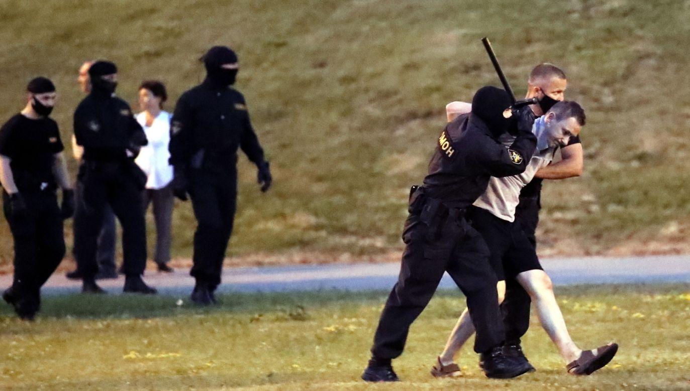 Służby pacyfikują demonstrantów (fot. PAP/EPA/TATYANA ZENKOVICH)