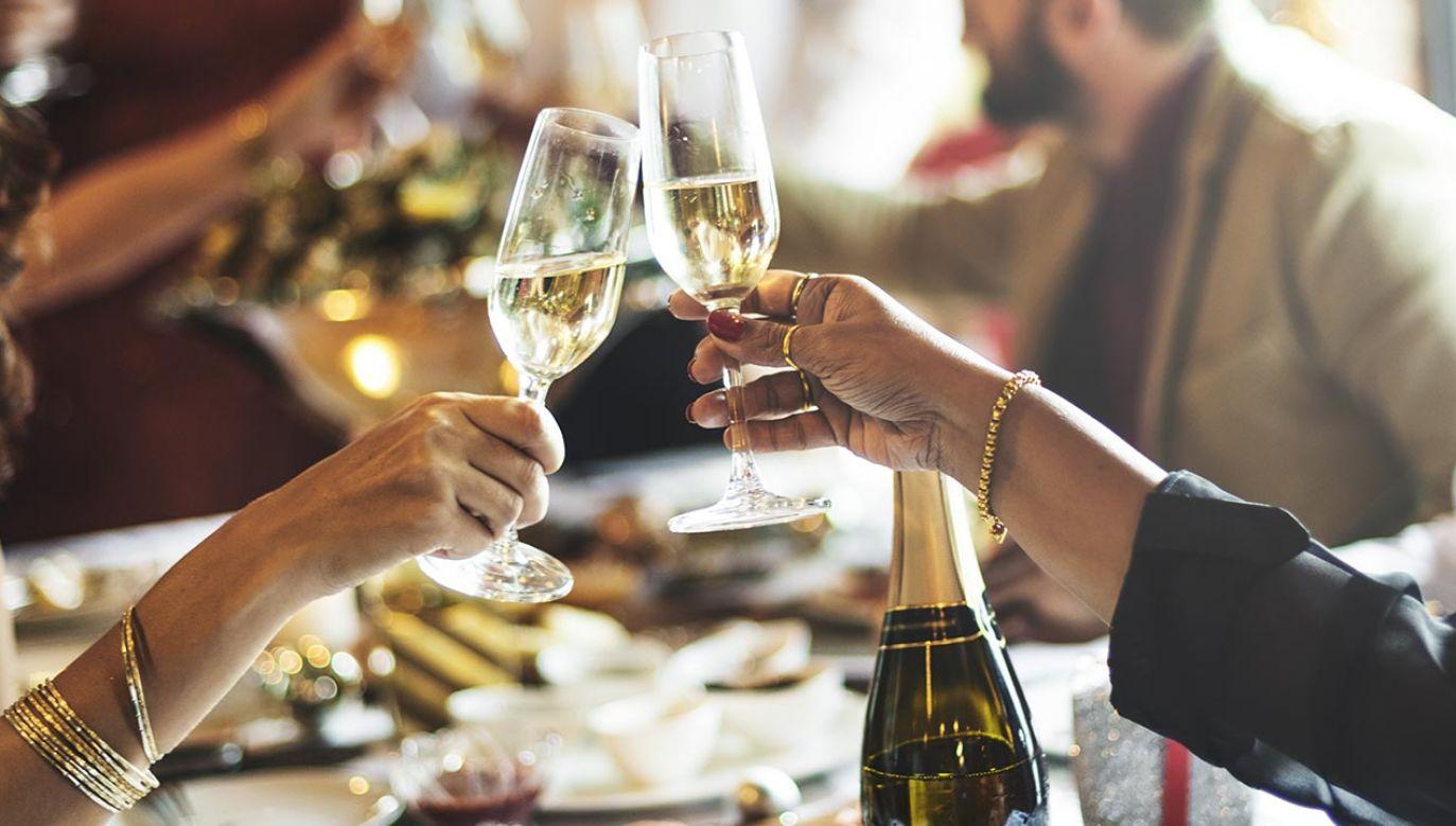 Smak umami to także szampan z jajkami po benedyktyńsku. (fot. Shutterstock/Rawpixel.com)