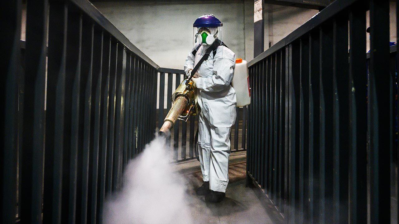 Kwestia pochodzenia koronawirusa wciąż budzi wątpliwości (fot. Kevin Frayer/Getty Images)