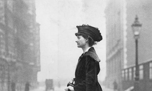Londyn, rok 1916. Lady Florence Norman pędzi do biura, gdzie nadzoruje pracę na rzecz żołnierzy. Hulajnogę dostała w prezencie od męża. Fot. Paul Thompson/FPG/Archive Photos/Getty Images