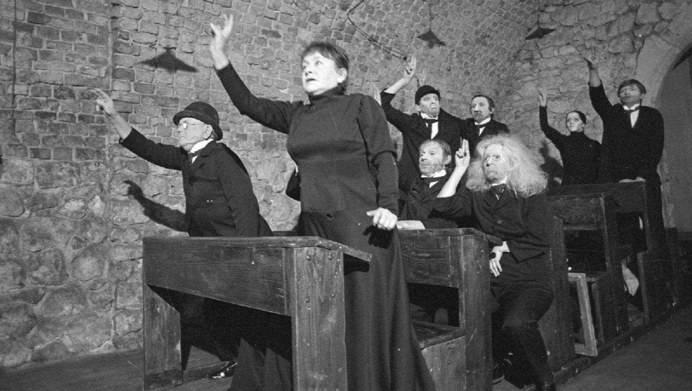 """Teatr Cricot 2. Próba spektaklu Tadeusza Kantora pt. """"Umarła klasa"""". Na zdjęciu Maria Stangret-Kantor w pierwszej ławce. Kraków, kwiecień 1978. Fot. PAP/Maciej Sochor"""
