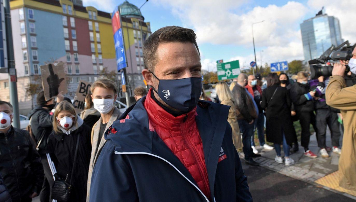 Trzaskowski bierze udział w protestach przeciw zgodności przepisów z Konstytucją (fot. PAP/Piotr Nowak)