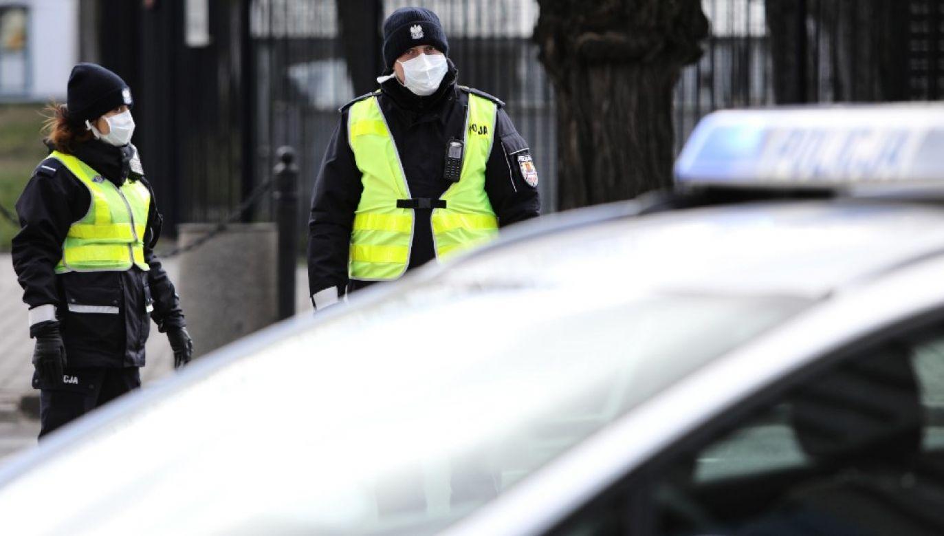 Policjanci sprawdzają czy wyznaczone osoby poddają się kwarantannie (fot. PAP/Leszek Szymański)