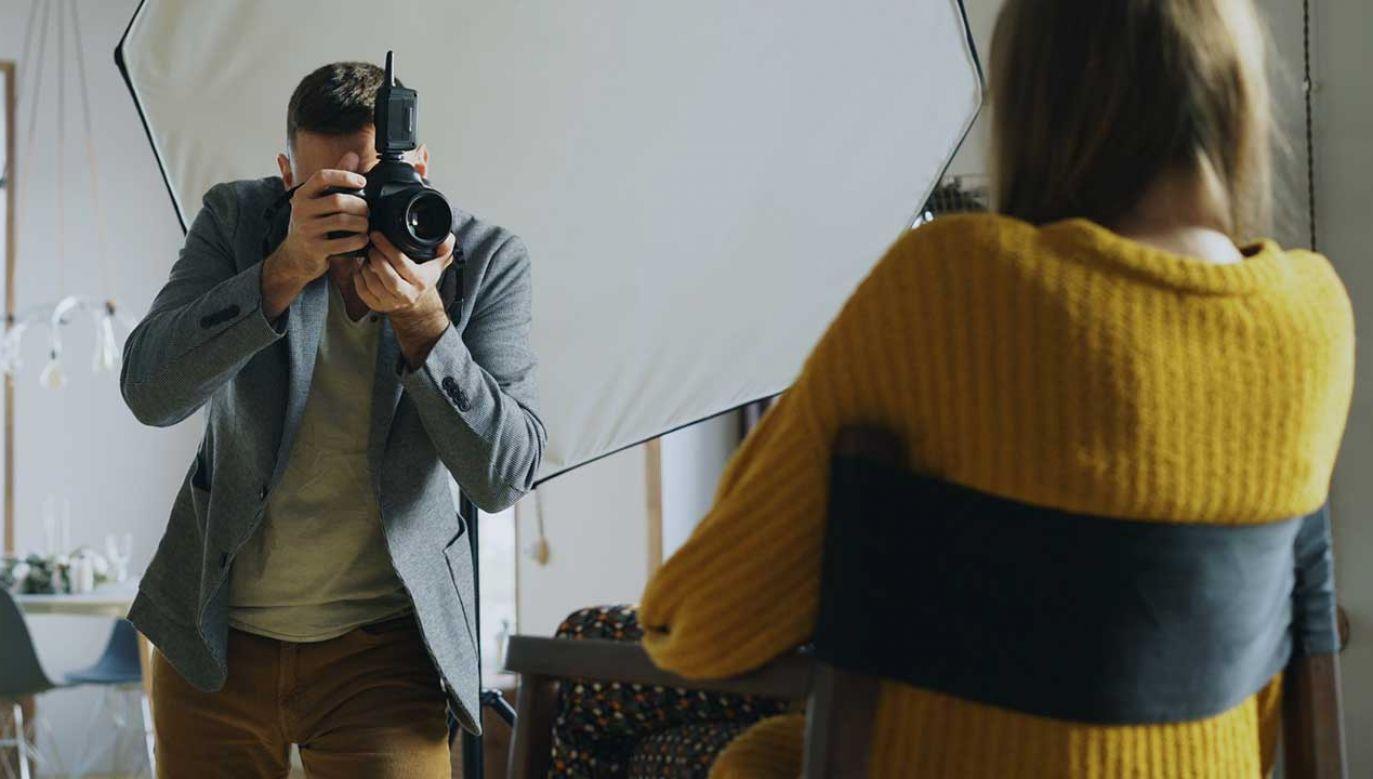 Mężczyzna robił małoletniej zdjęcia na konkurs modelek (zdjęcie ilustracyjne; fot. Shutterstock/silverkblackstock)