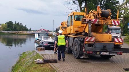Auto zostało wydobyte z wody przy pomocy dźwigu. Kierowca pojazdu został pouczony przez policję (fot. KPP Iława)