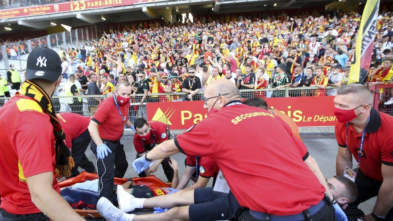 Poszkodowany znoszony z murawy Stade Bollaert-Delelis w Lens (fot. John Berry/Getty Images)