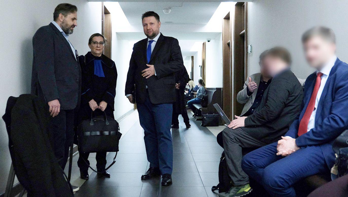 Poseł PO Marcin Kierwiński (C) przed salą Sądu Okręgowego w Warszawie, 26 bm. Trwa rozprawa z powództwa PiS przeciwko niemu za wypowiedzi dotyczące reprywatyzacji i spółki Srebrna (fot. PAP/Mateusz Marek)