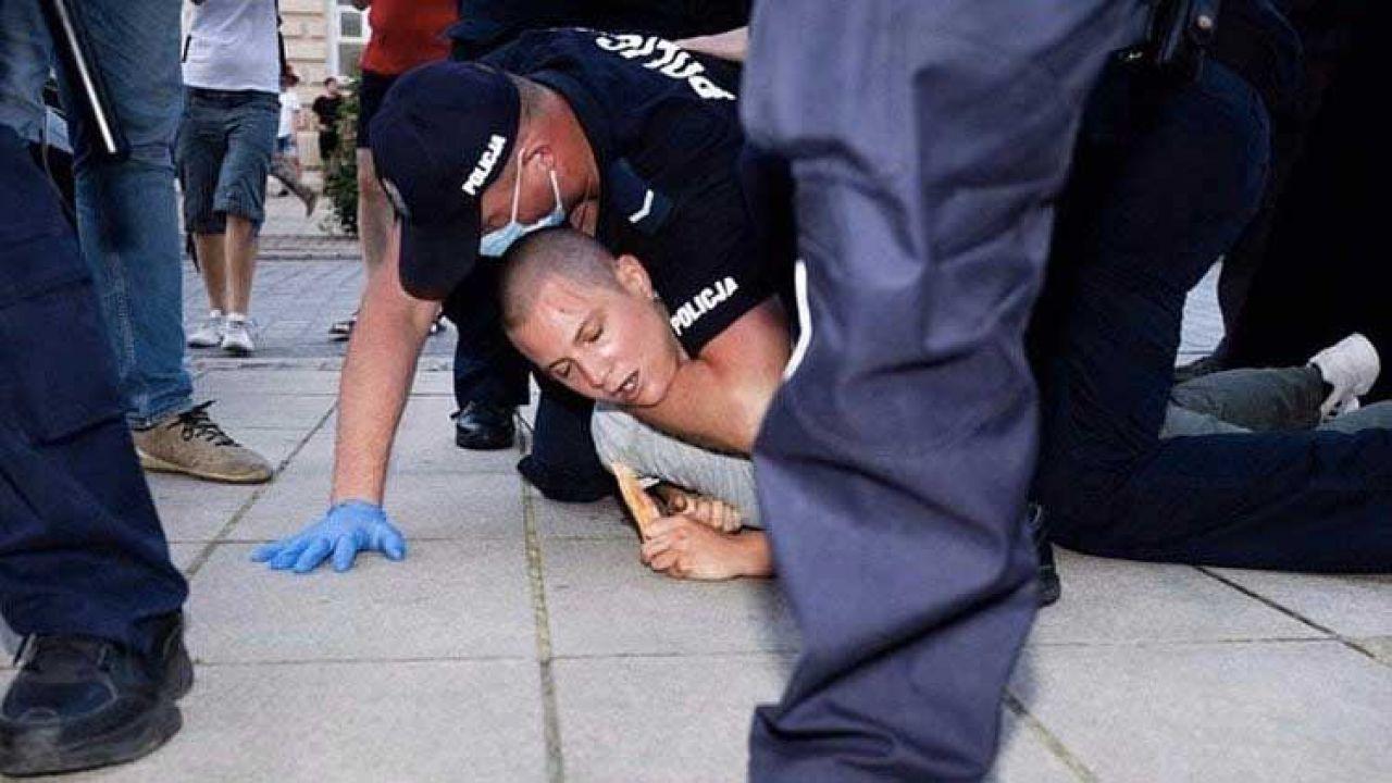 Policjant musiał siłą obezwładnić agresywną aktywistkę (fot. Twitter/ Rafał Otoka Frąckiewicz)