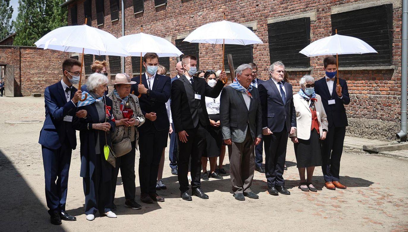 Czworo byłych więźniów złożyło wieniec pod Ścianą Straceń w byłym niemieckim obozie Auschwitz (fot. PAP/Łukasz Gągulski)