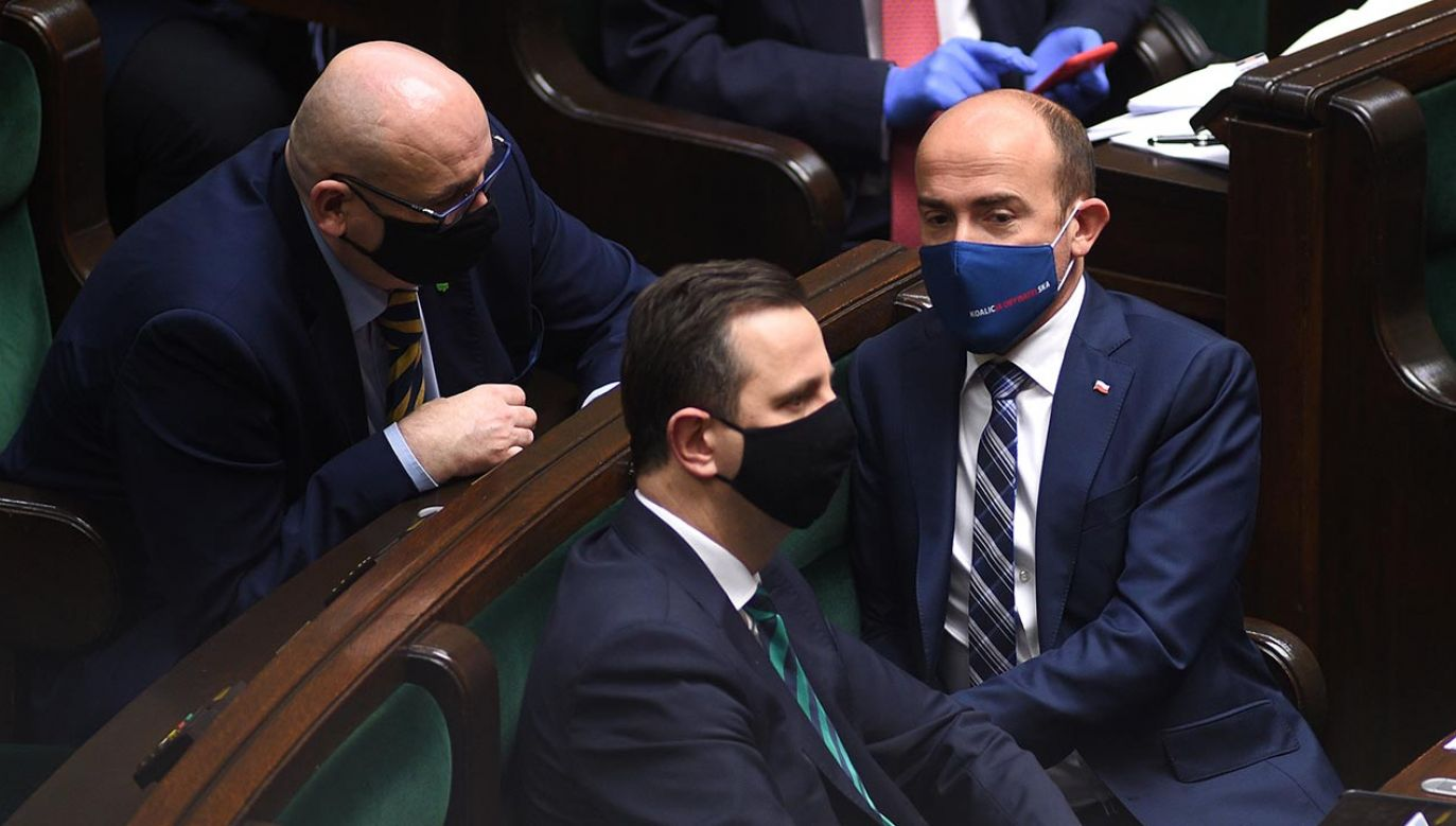 """""""Bolejemy nad tym, że po stronie opozycji są posłowie, którzy podają kroplówkę PiS-owi"""" (fot. Forum/Adam Chelstowski)"""