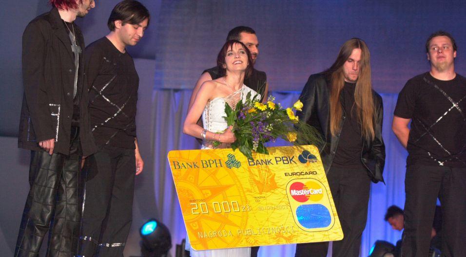 """Sukces powtórzyli rok później. Piosenka """"Oczy szeroko zamknięte"""" znów zapewniła Ani Wyszkoni i zespołowi Łzy uznanie publiki (fot. TVP)"""
