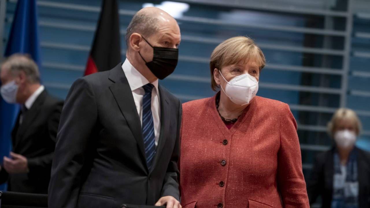 Kanclerz Angela Merkel (P) i minister finansów Olaf Scholz (L) (fot. PAP/EPA/HENNING SCHACHT / POOL)