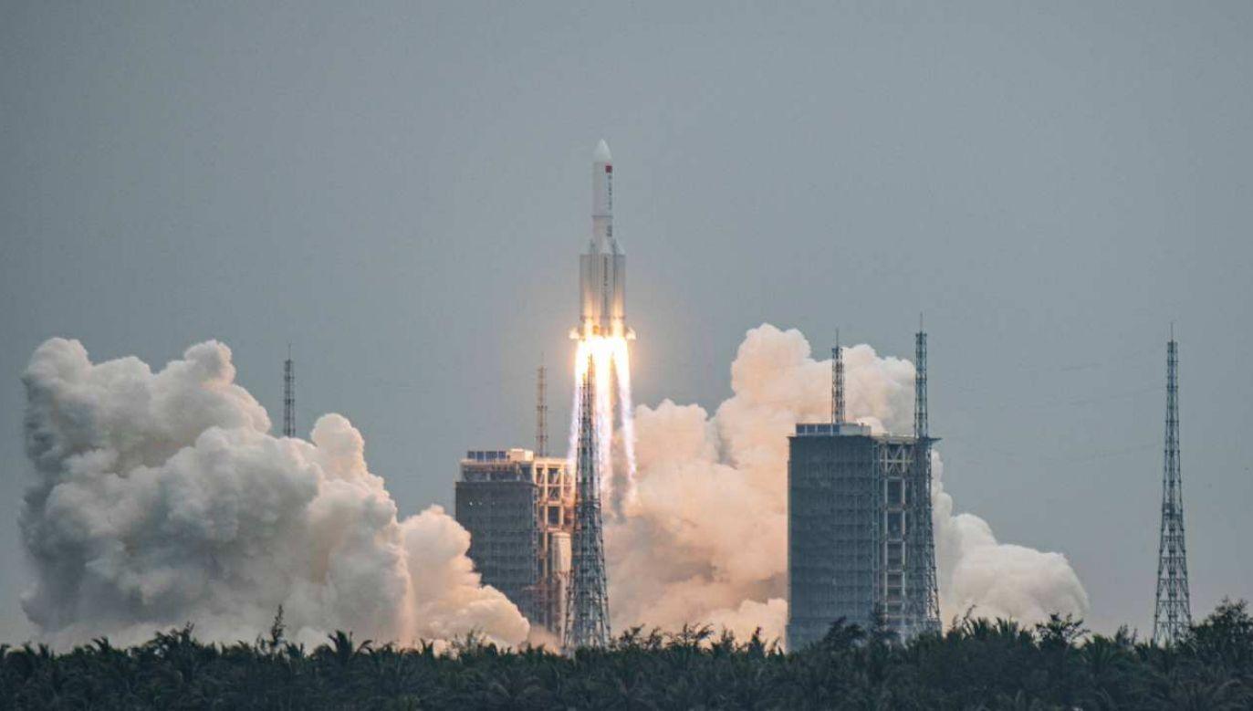 Rakieta Długi Marsz  5 została wystrzelona 29 kwietnia 2021 r.  (fot. PAP/EPA/MATJAZ TANCIC)