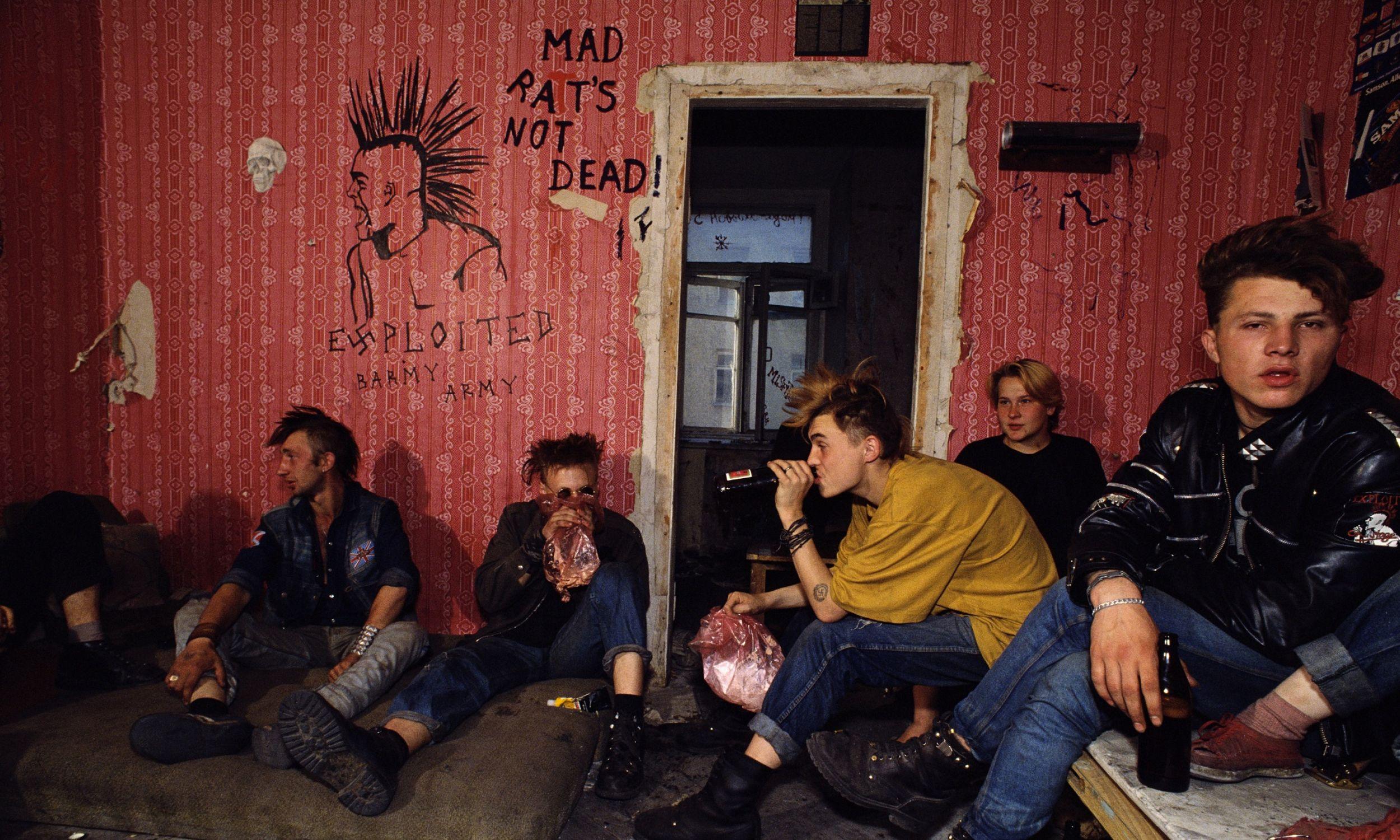 Grupa rosyjskich punków mieszkająca w opuszczonym budynku przy Placu Puszkina. Żywią się resztkami wyciągniętymi z koszy na śmieci Pizza Hut i McDonald's. Fot. Robert wallis / Corbis via Getty Images