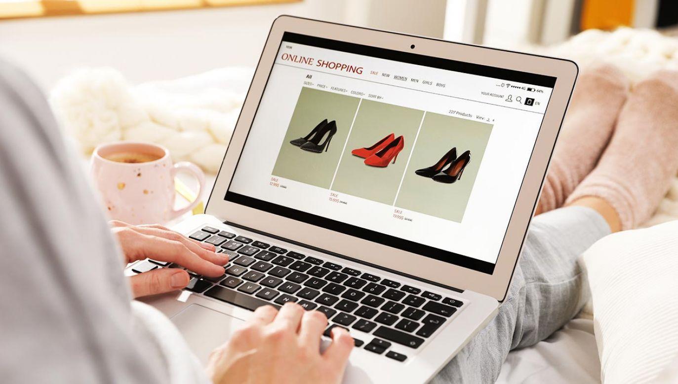 Kobieta oszukana przy sprzedaży butów w internecie (fot. Shutterstock/New Africa)