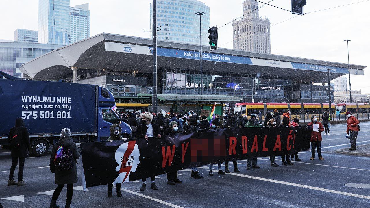 """""""Strajk Kobiet"""" zablokował ruch na jednym z głównych skrzyżowań stolicy (fot. Forum/Andrzej Hulimka)"""
