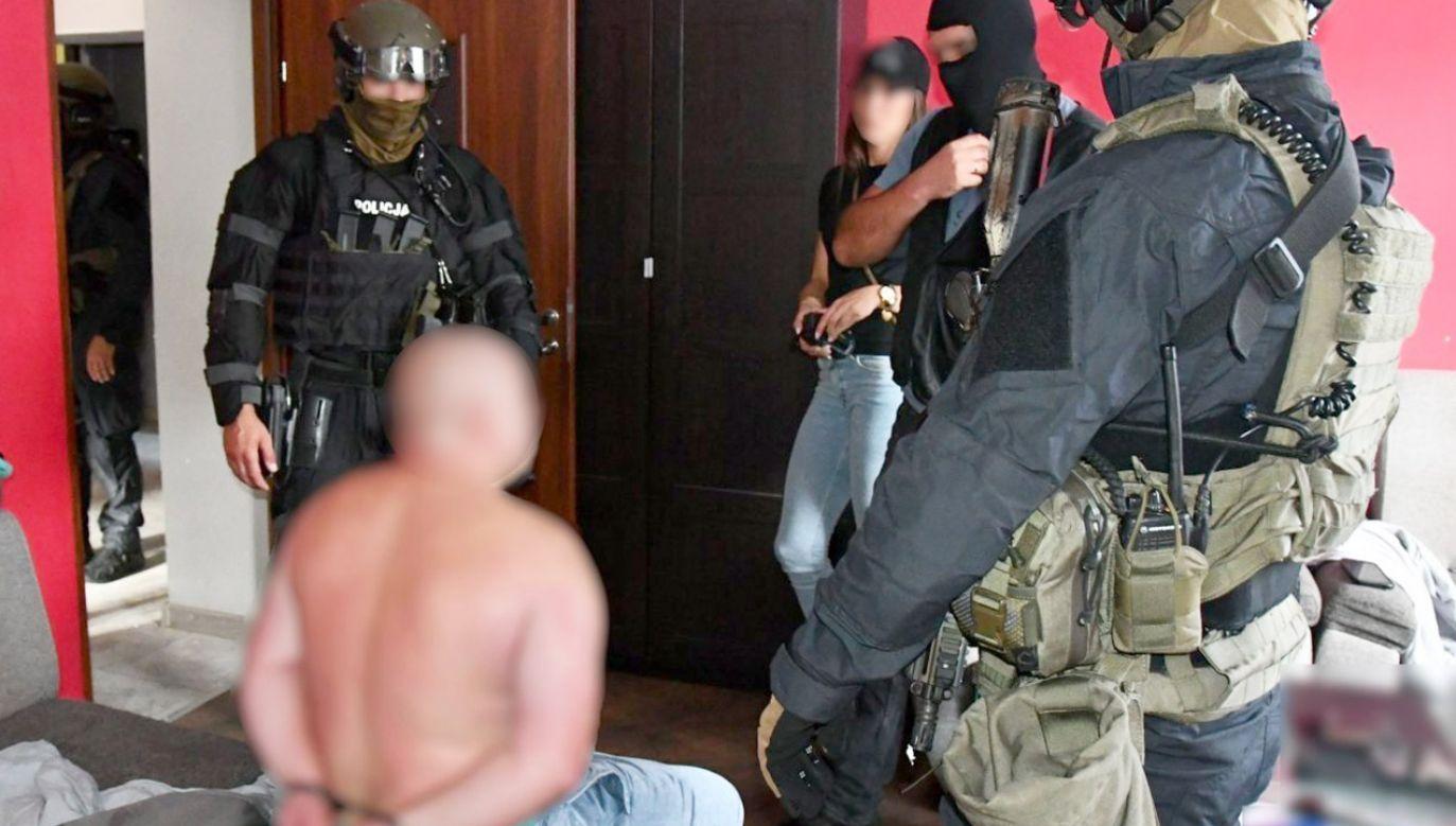 Przy zatrzymanych znaleziono m. in. broń i narkotyki (fot. Policja śląska)