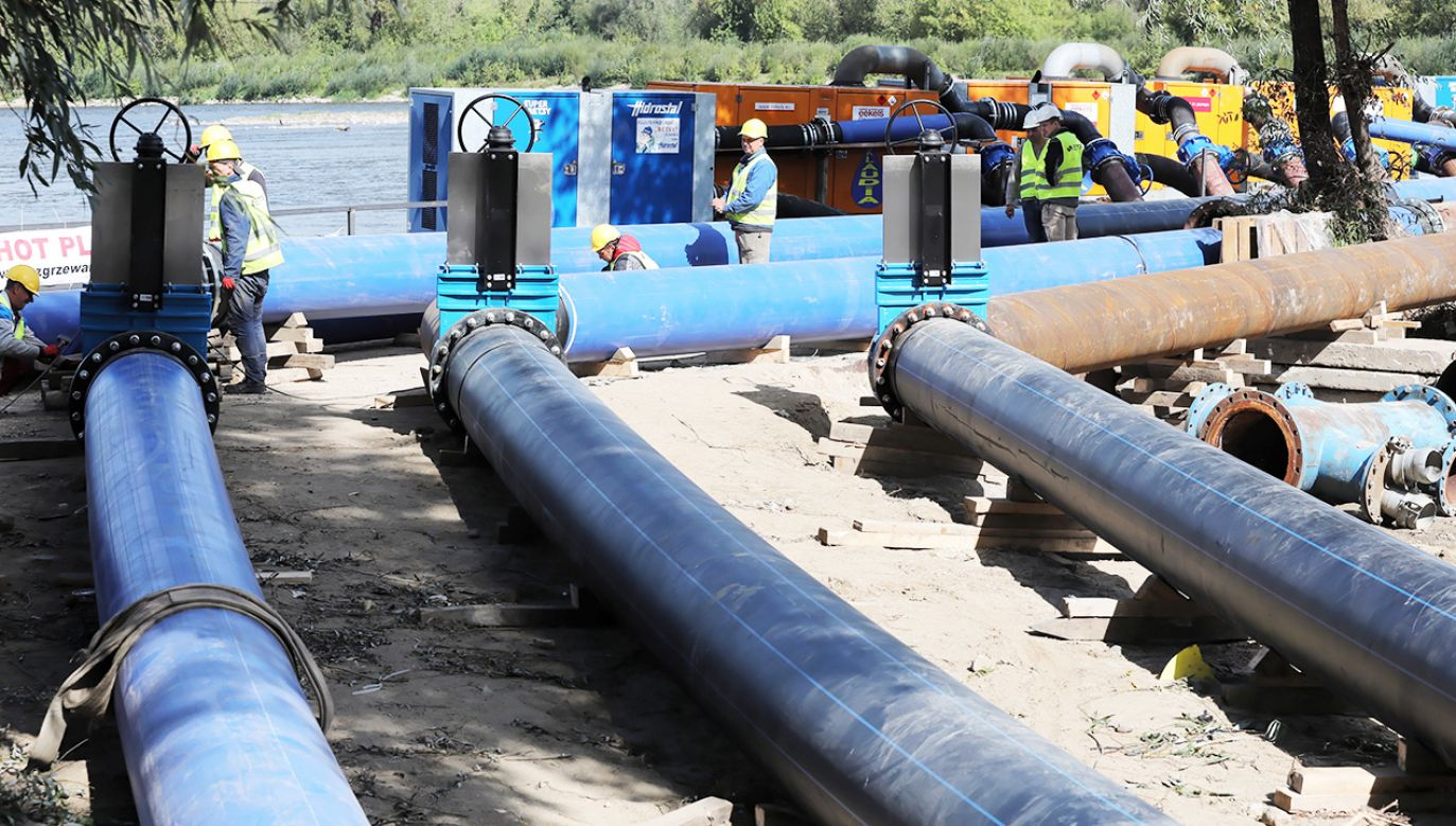 Elementy tymczasowego rurociągu  na moście pontonowym w Warszawie (fot. PAP/Tomasz Gzell)