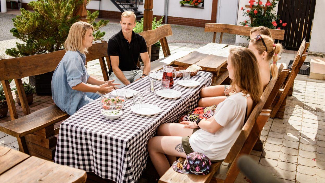 Najlepiej jest rozmawiać i zapoznawać się przy stole (fot. TVP)