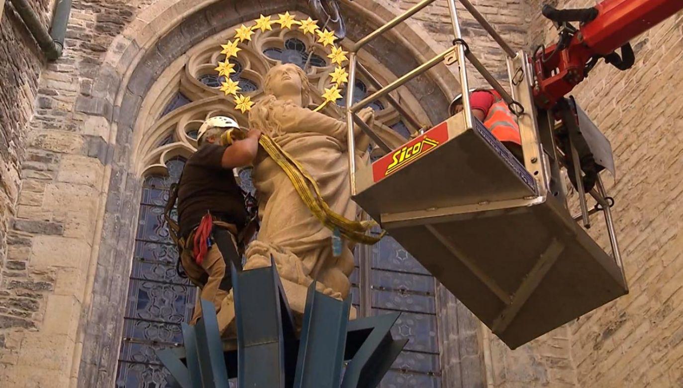 Na Rynku w Pradze postawiono kolumnę z rzeźbą Matki Bożej (fot. CZCT - CESKA TELEVIZE)