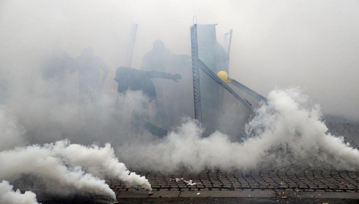 W Paryżu policja zatrzymała co najmniej 120 osób podczas manifestacji tzw. żółtych kamizelek (fot. PAP/EPA/YOAN VALAT)