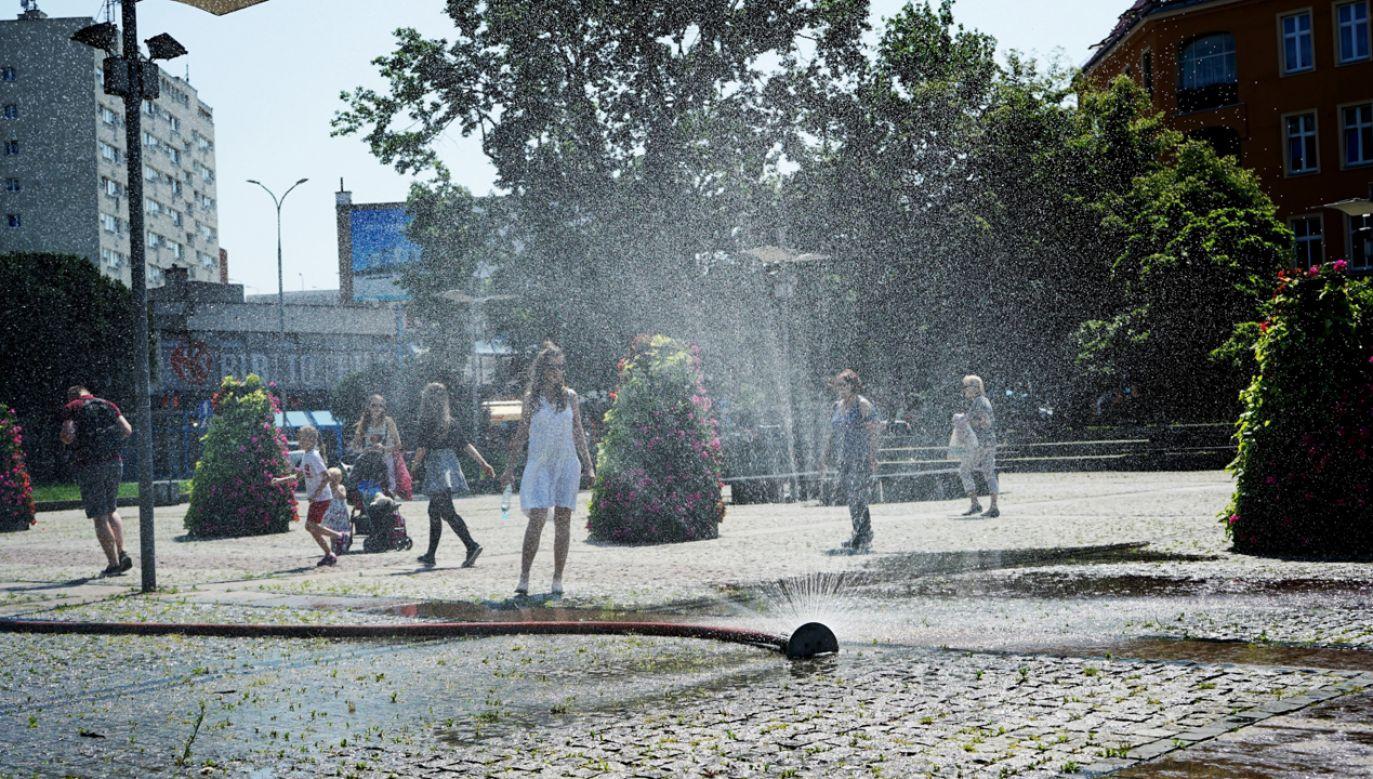 W wielu miastach podczas upałów stawiane są kurtyny wodne (fot. PAP/Marcin Bielecki)