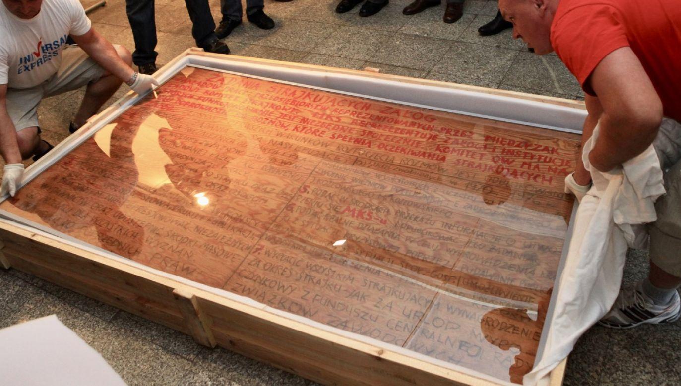 Tablice z 21 postulatami powieszono 17 sierpnia 1980 r. na bramie Stoczni Gdańskiej (fot. arch.PAP/Roman Jocher)