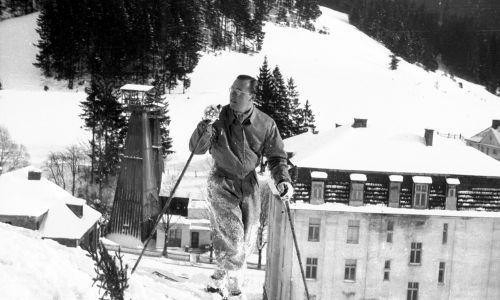 Książę Bernhard Lippe-Biesterfeld, mąż holenderskiej następczyni tronu Juliany na nartach na stoku w Krynicy Zdroju. Fot. NAC/IKC, sygn. 1-D-776-27