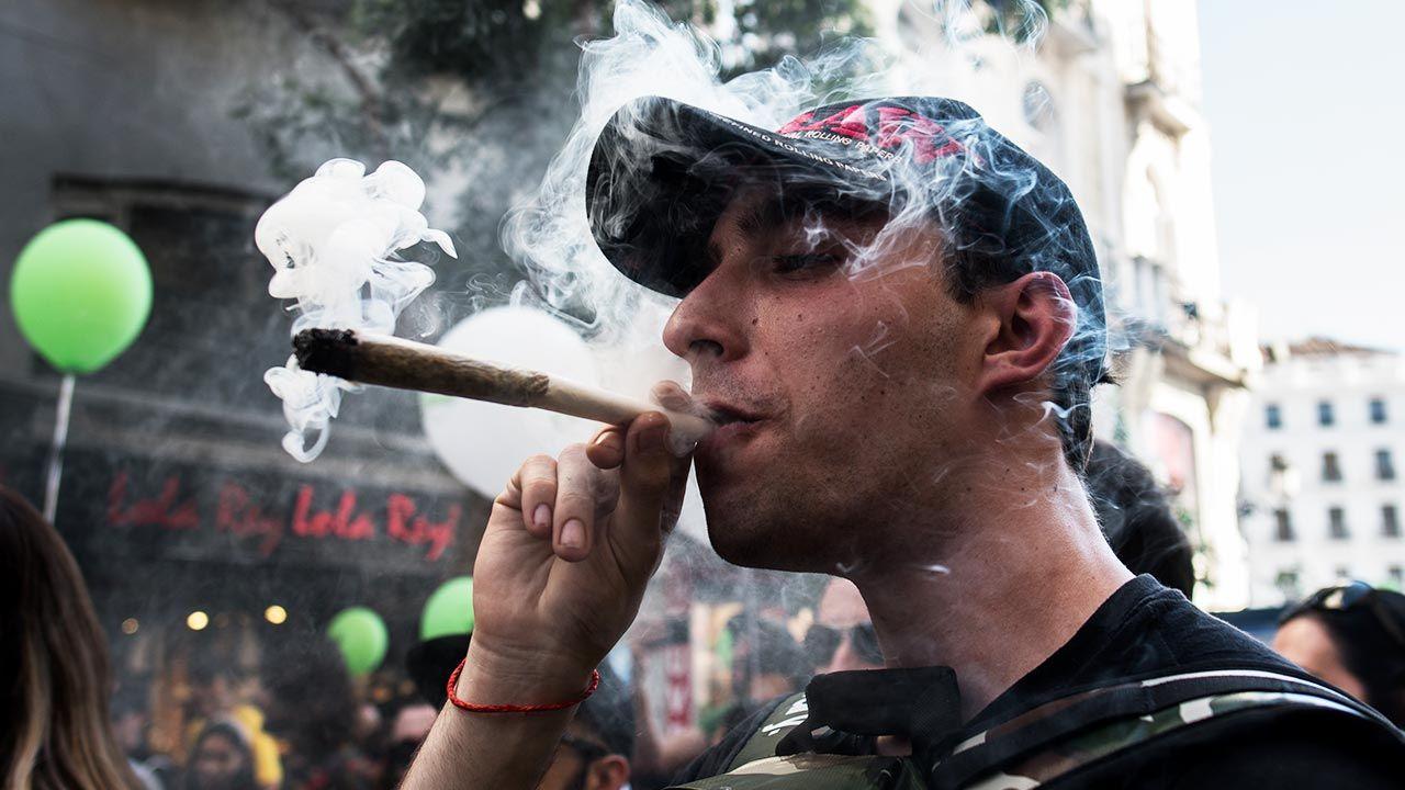 Perspektywie zalegalizowania marihuany sprzeciwiało się m.in. stowarzyszenia skupiające rodziców i nauczycieli  (fot. Marcos del Mazo/LightRocket via Getty Images)