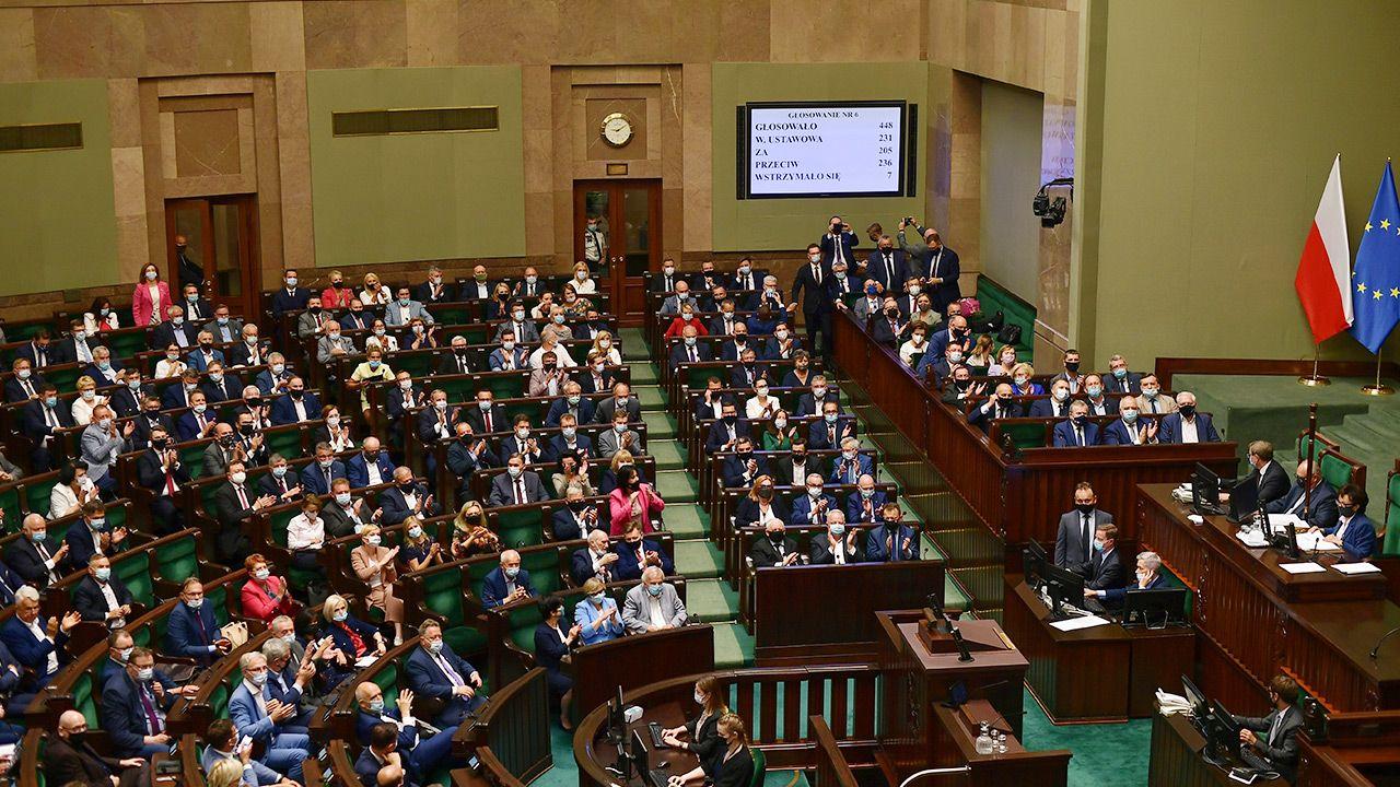 Posłowie i senatorowie zamiast 8 tys. zł dostaną ok. 12,5 tys. zł (fot. PAP/Marcin Obara)