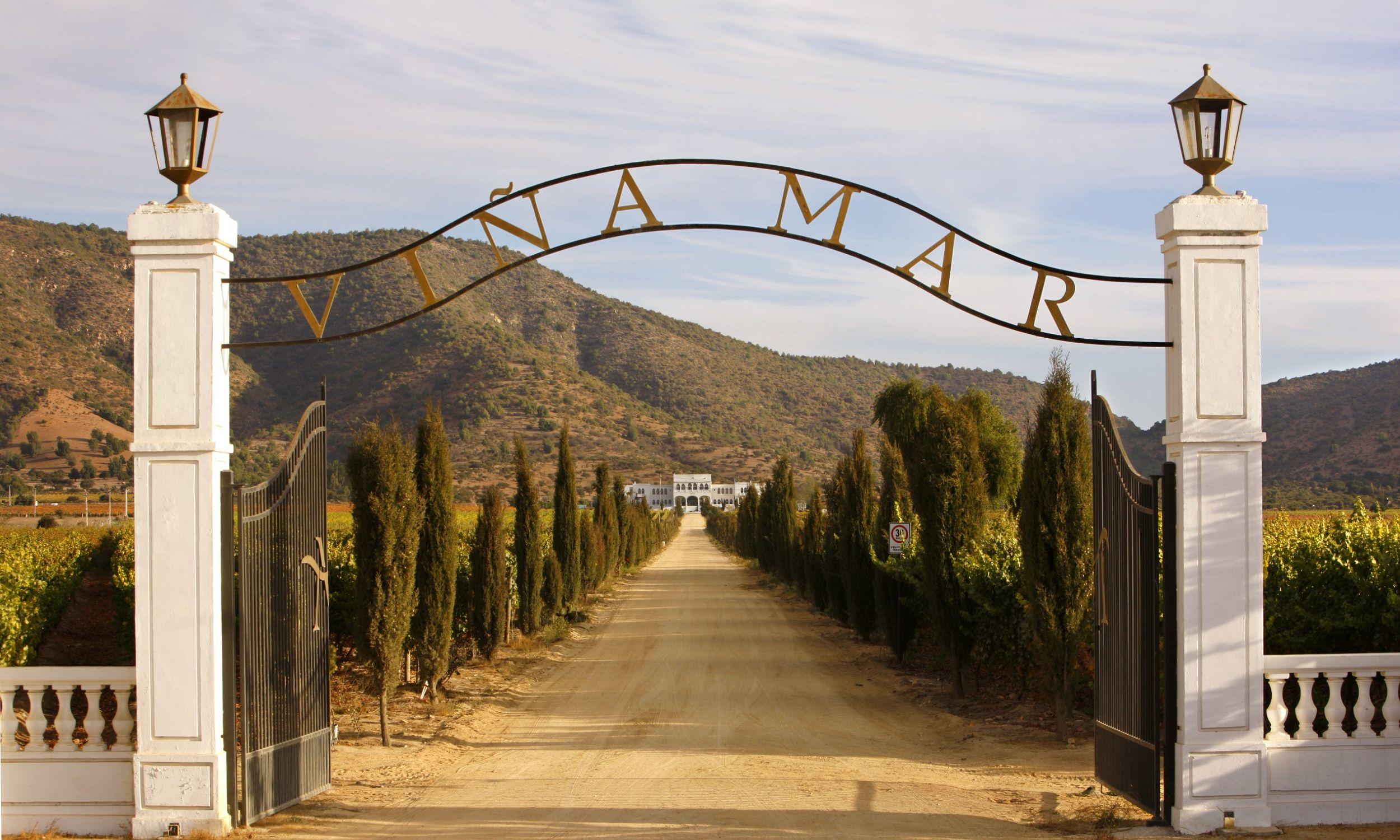 Chile i Argentyna są tak wielkimi rynkowymi potworami na globalnym rynku, że są w stanie zrobić wino na każdą kieszeń i to w dowolnych niemal ilościach. Wjazd do winnicy Vina Mar w Chile. Fot.  Hoberman Collection/Universal Images Group via Getty Images