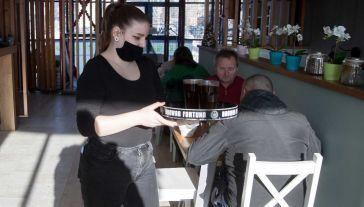 Wsparcie trafi między innymi do restauratorów (fot. PAP/Łukasz Gągulski)