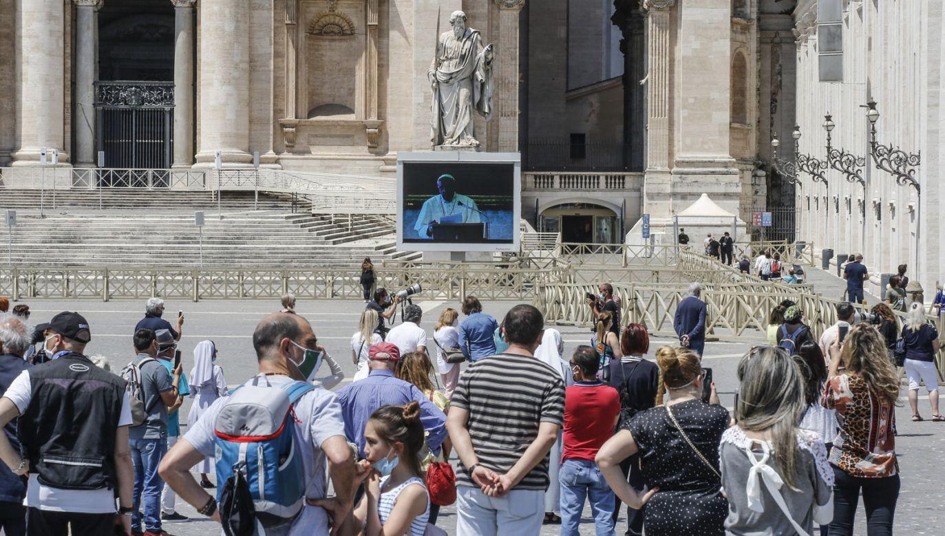 Przez ponad dwa miesiące papież oglądał i błogosławił pusty plac (fot. PAP/EPA/FABIO FRUSTACI)