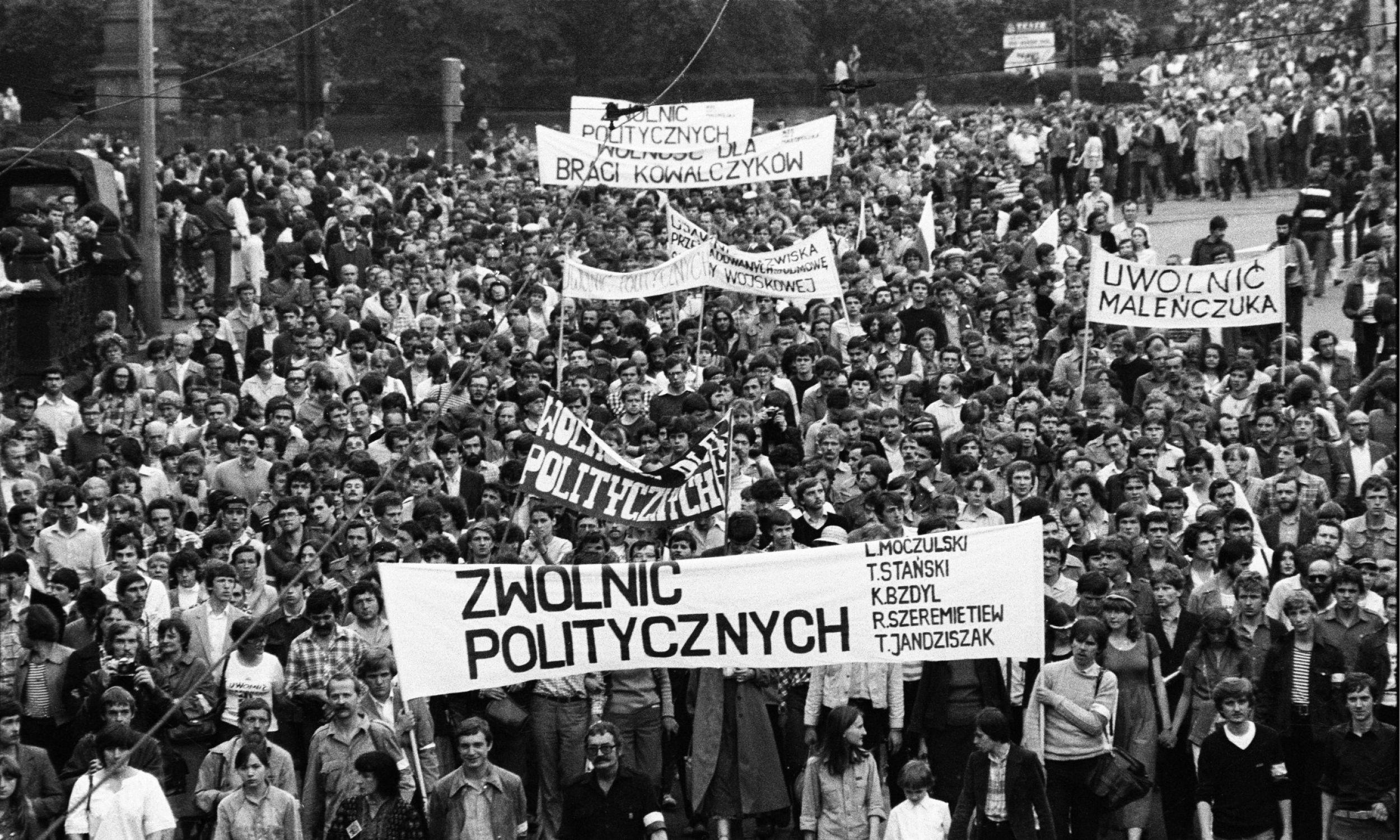 Kraków, 1981-05-25. Niezależne Zrzeszenie Studentów oraz Solidarność zorganizowały marsz protestacyjny przeciwko przetrzymywaniu więźniów politycznych. Fot. PAP/CAF/Kazimierz Seko