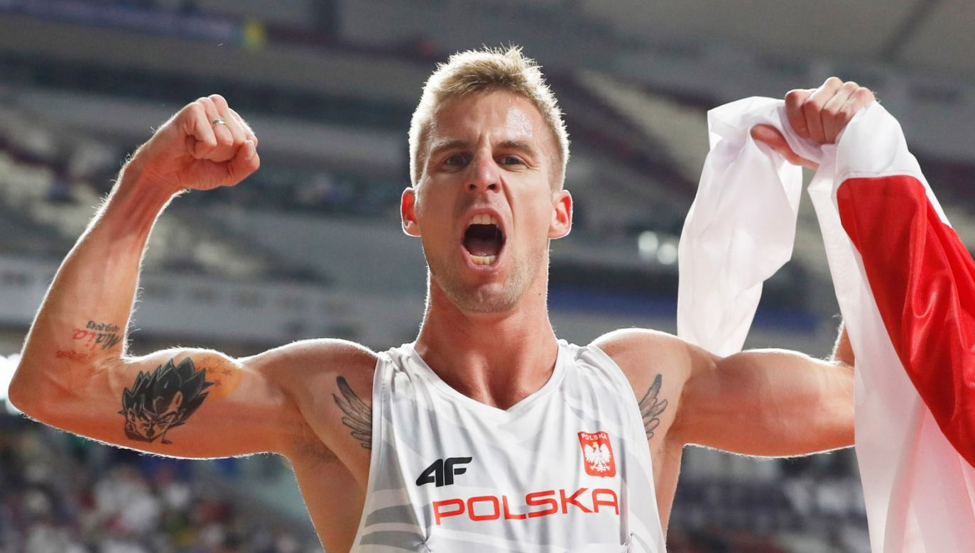 Marcin Lewandowski cieszy się z medalu mistrzostw świata (fot. PAP/EPA/VALDRIN XHEMAJ)