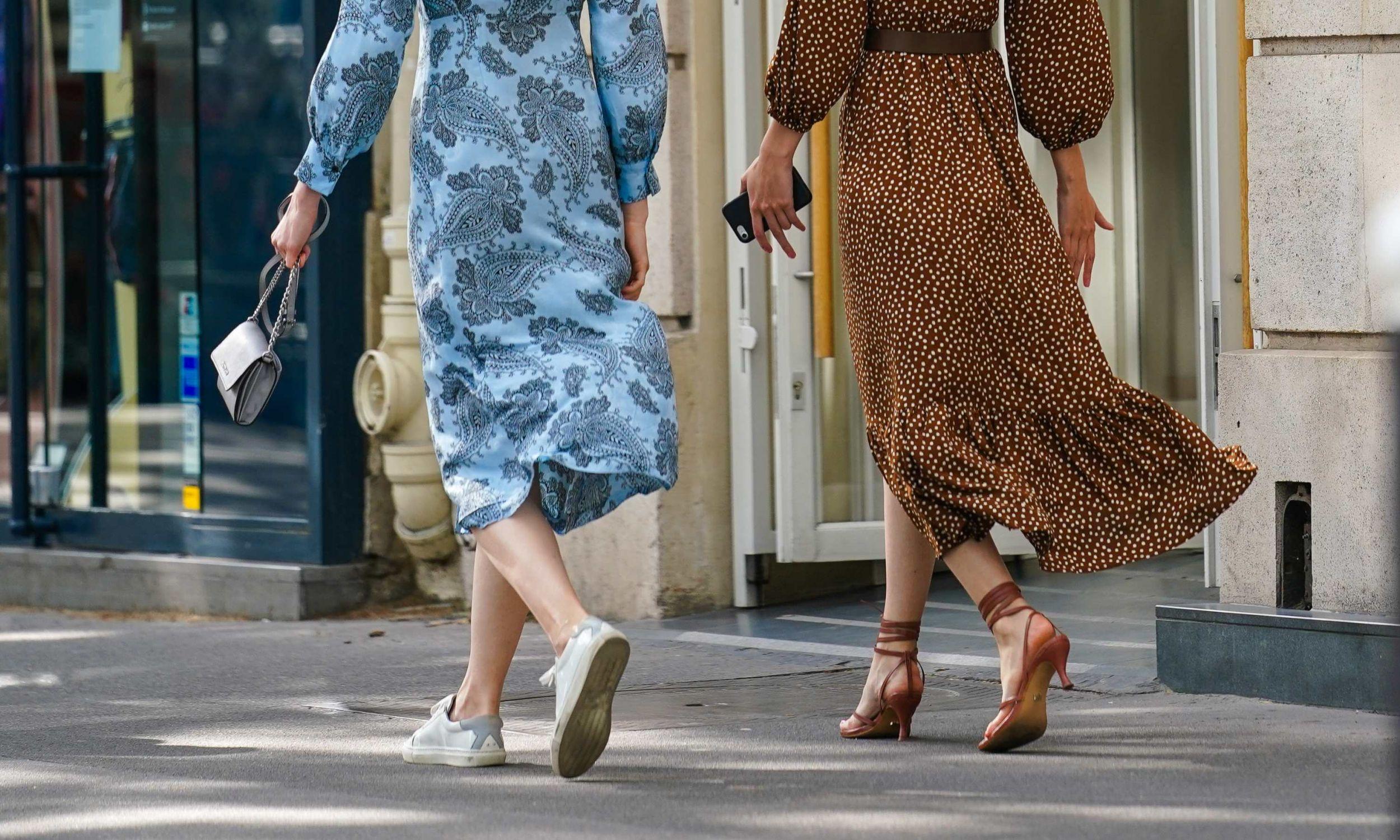 Kiedyś panie, które zakładały but na płaskiej, elastycznej podeszwie do wizytowego stroju, uważano za nieobeznane z zasadami elegancji. Dziś przeciwnie. Paryska ulica w czerwcu 2020 roku. Fot. Edward Berthelot/Getty Images