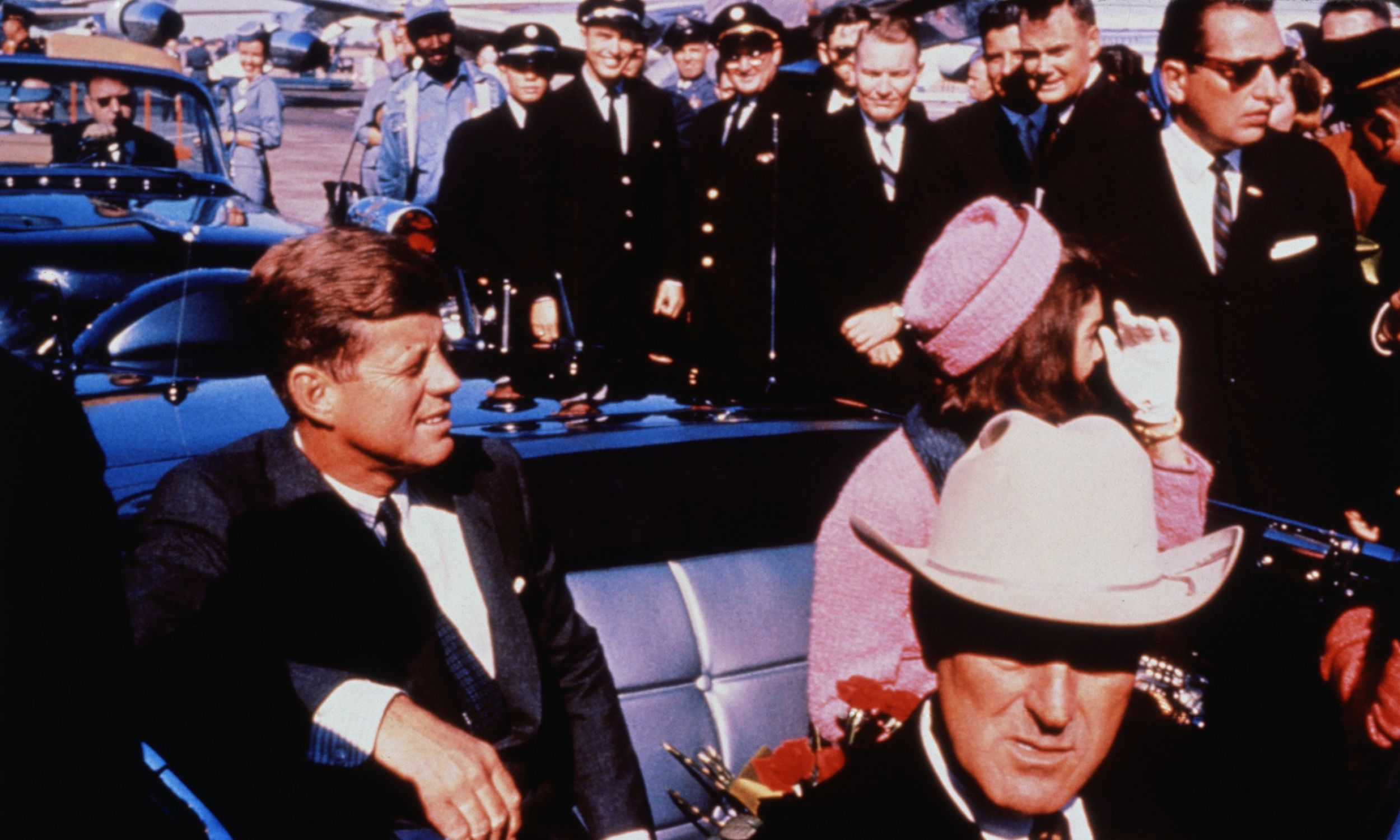 Ostatni przejazd pary prezydenckiej z lotniska do Dallas, 22 listopada 1963. Na przednim siedzeniu gubernator Teksasu John Connally. JFK został zamordowany w tym samochodzie, gdy witał się z tłumem. Fot. getty Images