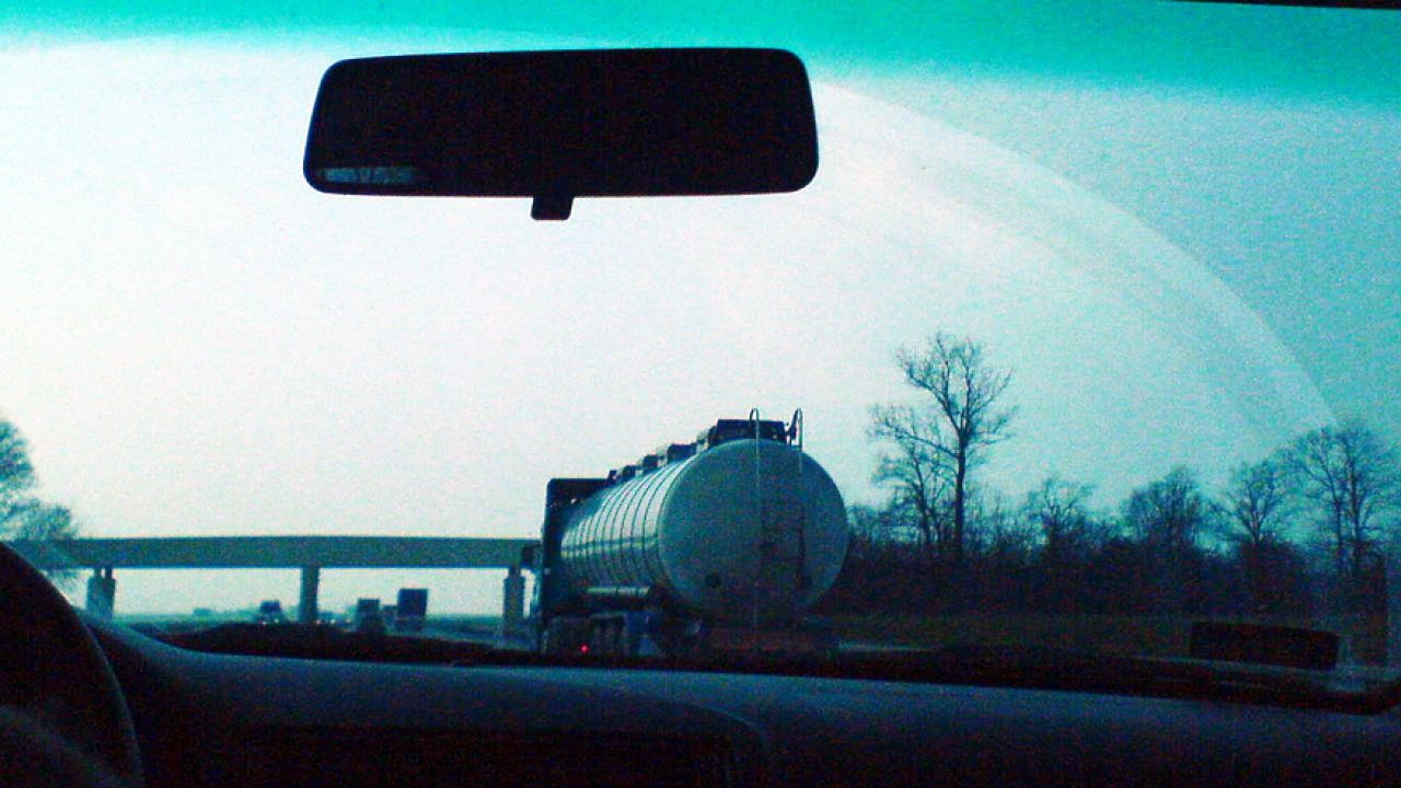 Kierowcy cystern czekają na koniec kontroli (fot. flickr.com/Kris)
