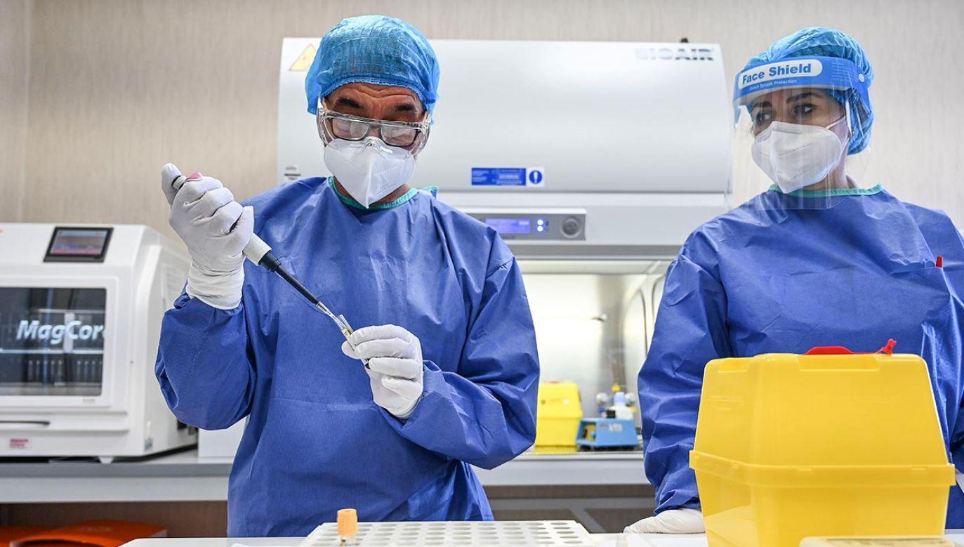 Mężczyźni stanowią 50,5 proc. osób, u których wykryto koronawirusa we Włoszech (fot. Fabrizio Villa/Getty Images)