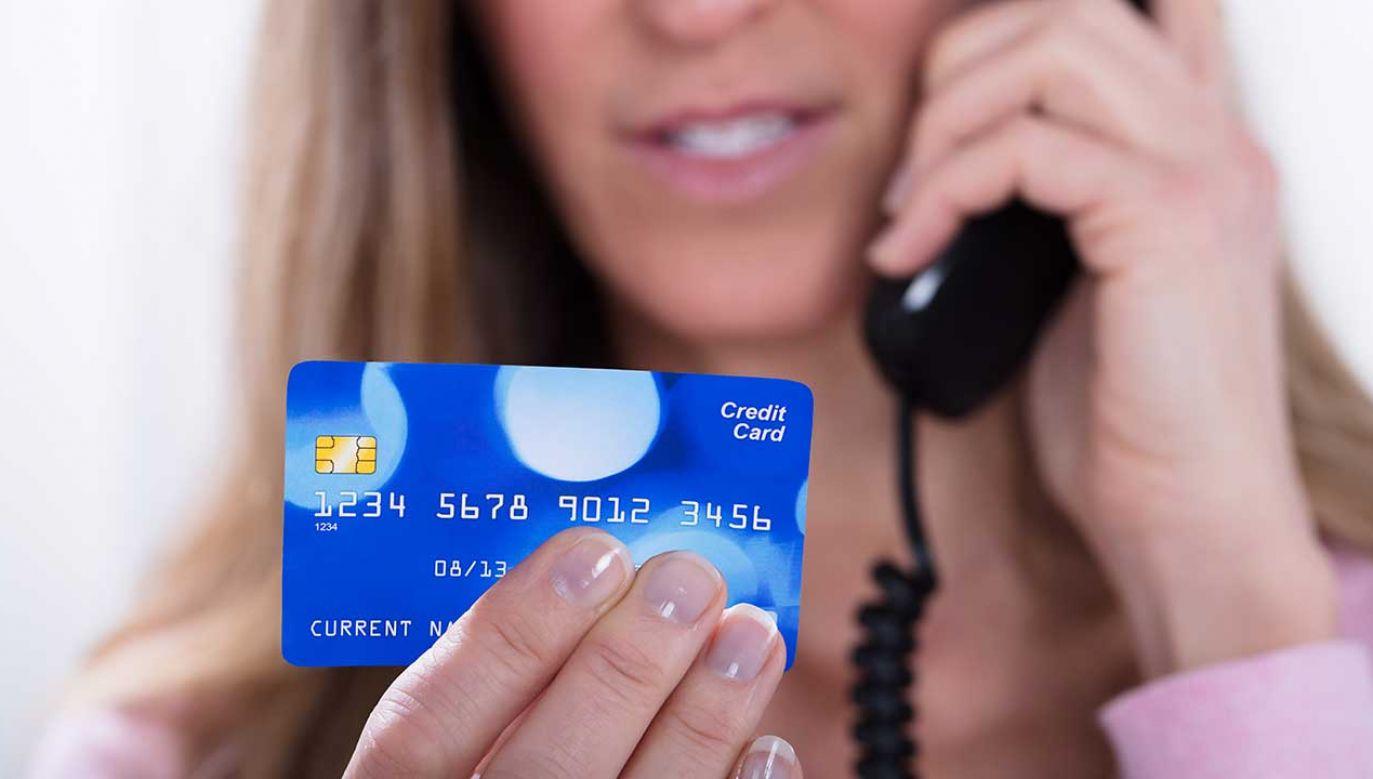 Mężczyźnie udało się przekonać kobietę, że jej oszczędności są zagrożone (fot. Shutterstock/Andrey_Popov)