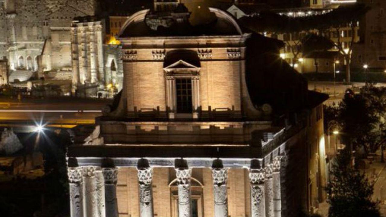 Nadzwyczajna iluminacja to, jak podkreślają władze Rzymu, specjalny prezent dla turystów (fot.Twitter/Corriere della Sera)